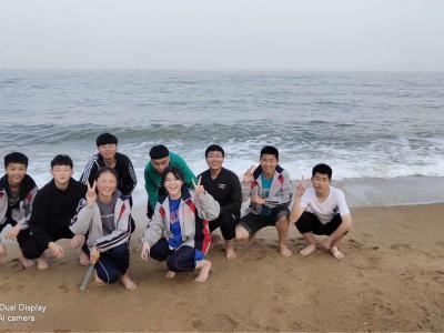 沙滩边的孩子们.jpg