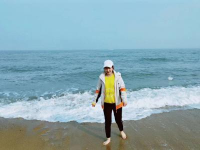 光着脚慢步海边.jpg
